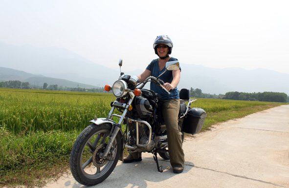 Achterop de motor reizen door delen van Vietnam