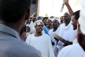 Dansende derwisjen in Sudan - de man in trance krijgt geld toegestopt