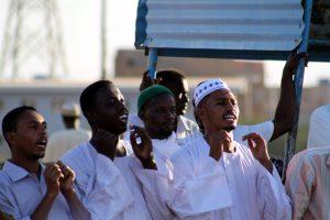 Dansende derwisjen in Sudan - meeklappend en zingend publiek bij de Halgt Zikr