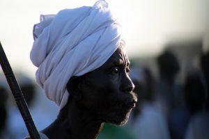 Dansende derwisjen in Sudan - man met tulband bij Halgt Zikr