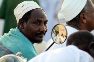 Dansende derwisjen in Sudan - man in publiek bij Halgt Zikr