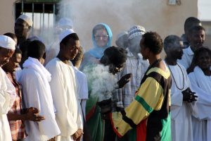 Dansende derwisjen in Sudan - publiek in rook bij de Halgt Zikr