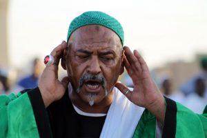 Dansend derwisjen in Sudan - een van de voorgangers leidt het gebed bij de Halgt Zikr