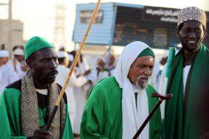 Dansend derwisjen in Sudan - de voorgangers met hun stokken bij de Halgt Zikr