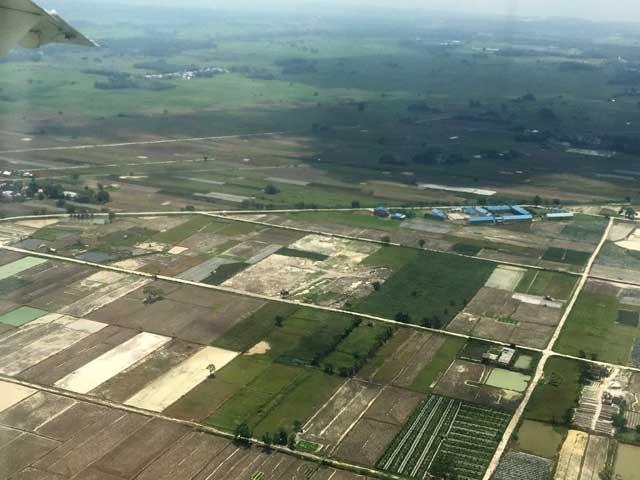 eerste keer rondcirkelen in vliegtuig boven pulau weh