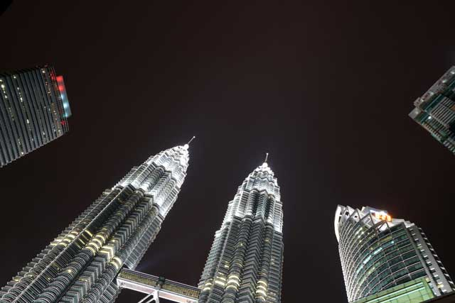 Petronas Twin Towers - vanaf KLCC Park van onderen