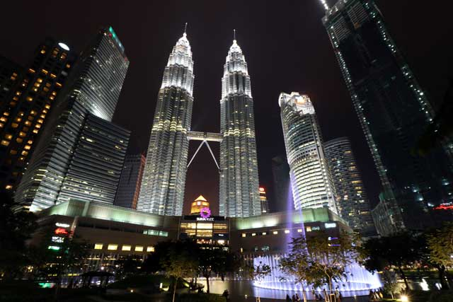 Petronas Twin Towers - vanaf KLCC Park met fontein