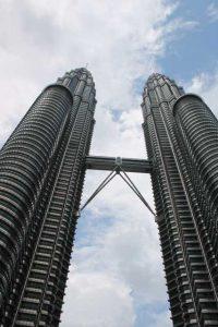 Petronas Twin Towers - straatkant overdag