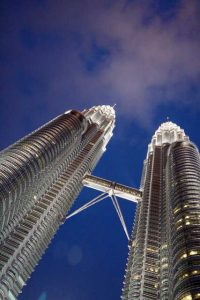 Petronas Twin Towers - straatkant nacht