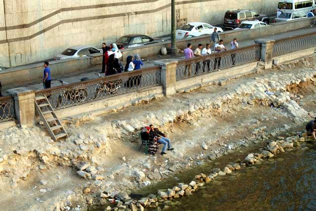 Mensen relaxen langs de Nijl in Caïro, Egypte