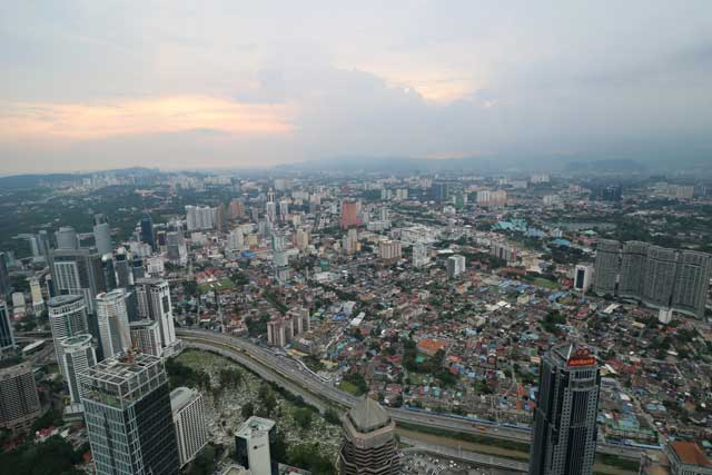 Skyline van Kuala Lumpur vanaf de 86ste etage van de Petronas Twin Towers