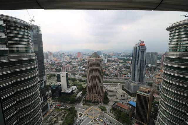 Skyline van Kuala Lumpur vanaf de skybridge tussen de Petronas Twin Towers