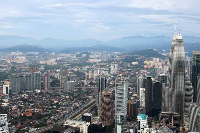 Skyline van Kuala Lumpur - De Petronas Twin Towers en het stadscentrum vanaf de Kuala Lumpur Toren