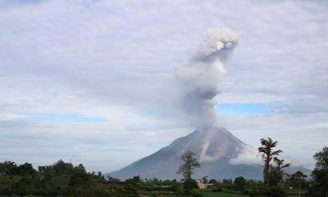 Beklimmen vulkaan Sibayak - aspluim boven vulkaan Sinabung