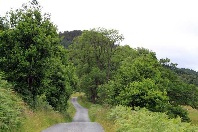 Eenbaansweg langs Loch Tummel in Schotland
