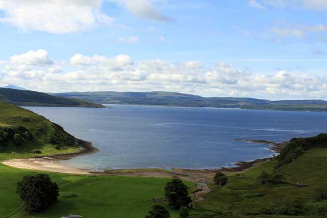 Uitzicht vanaf hoger gelegen eenbaansweg naar Ardnamurchan in Schotland