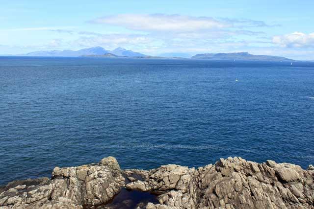 Uitzicht op Rum en Skye vanaf de vuurtoren van Ardnamurchan in Schotland