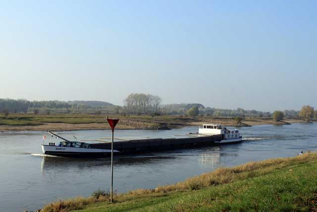 Herfstwandeling IJsselvallei - Vrachtschip op de IJssel