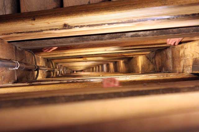 Weekend Krakau in Polen - Lange houten trap de diepte in van de zoutmijnen in Wielickza