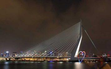 Wokshop nachtfotografie - Hartje getekend met licht op de Erasmusbrug