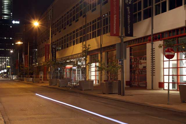 Workshop nachtfotografie - Nachtfoto op Kop van Zuid in Rotterdam terwijl een fietser passeerde