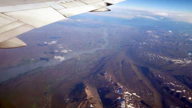 Uitzicht vliegtuig na heel veel oceaan