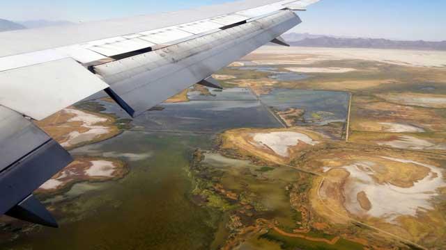 Uitzicht vliegtuig vlak voor landing in Salt Lake City