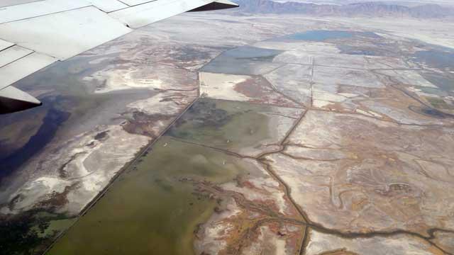 Uitzicht vliegtuig over de zoutmeren bij Salt Lake City