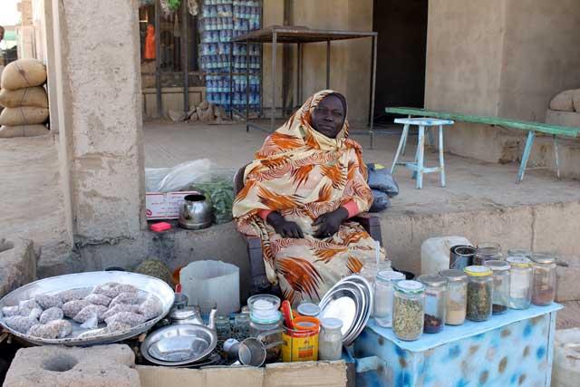 Sudan in dertien portretten - Koffievrouw in Wadi Halfa