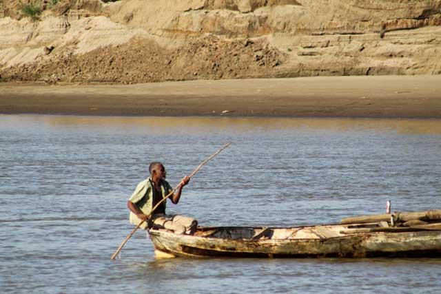 Sudan in dertien portretten - Man met boot op de Nijl bij Wadi Medani