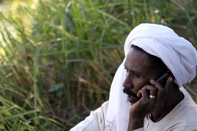 Sudan in dertien portretten - Schipper met mobiele telefoon