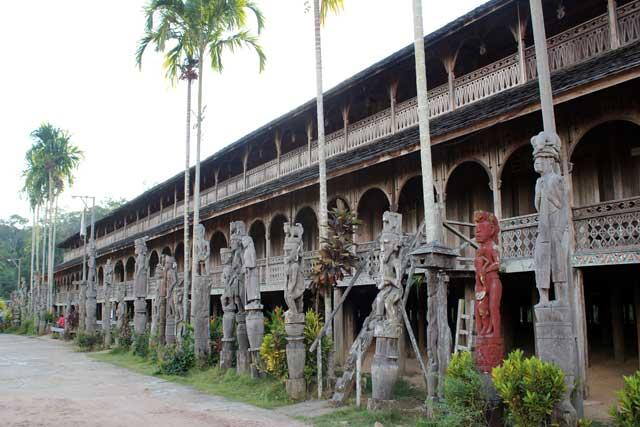 Mahakam rivier in Kalimantan: Het Dayak longhouse in Macong