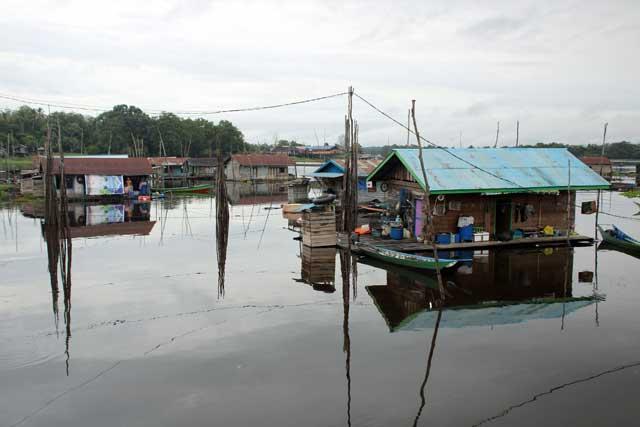 Mahakam rivier in Kalimantan: Drijvende woningen bij Tanjung Isuy