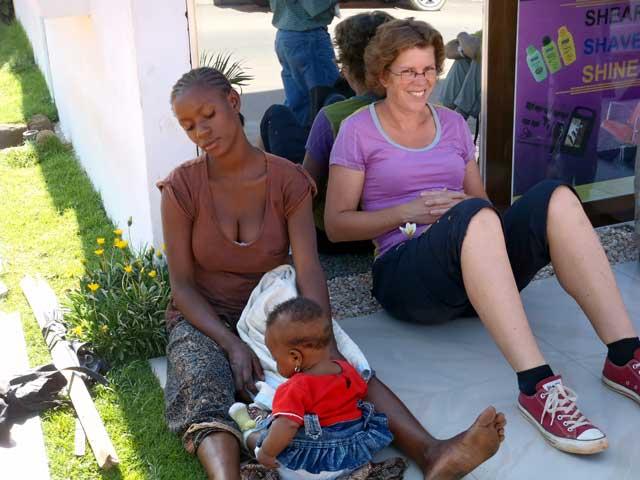 Serengeti en Ngorongoro: Ik krijg gezelschap als ik ziek een plekje opzoek in de schaduw