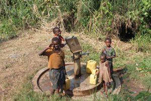 Kinderen roepen enthousiast 'muzungu' tijdens wandeling in Uganda