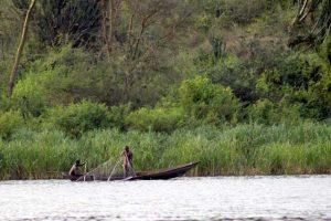 Vissers op het water bij Queen Elizabeth National Park in Uganda