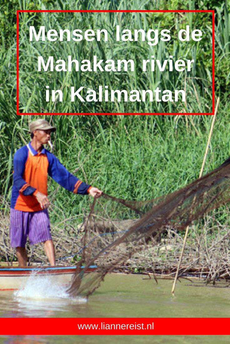 Mensen langs de Mahakam rivier in Kalimantan