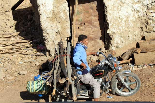 Mijn top tien reisfoto's van Egypte - aanvoer van brandhout op de motor