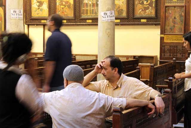 Mijn top tien reisfoto's van Egypte - twee mannen in de Hangende Kerk in de Koptische wijk