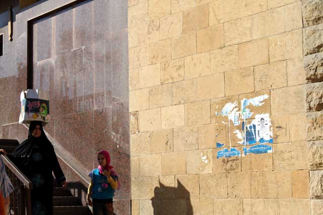 Mijn top tien reisfoto's van Egypte -knappe balans van een vrouw die een doos op haar hoofd draagt