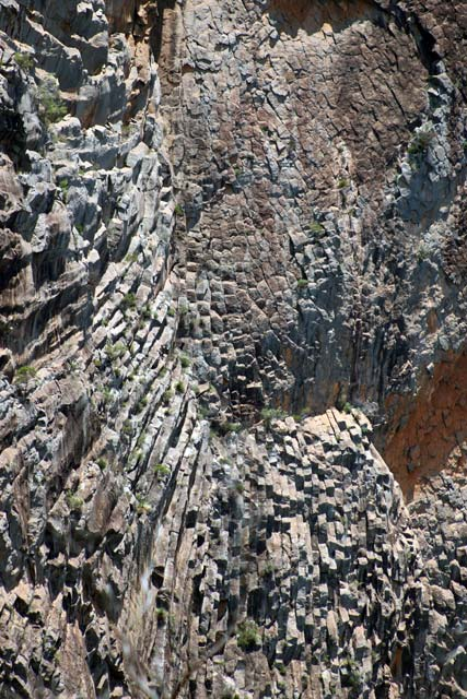 Breadknife en Grand High Tops wandeling in Warrumbungle Nationaal Park, New South Wales, Australië - Rotsformaties langs Spirey West Creek