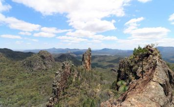 Breadknife en Grand High Tops wandeling in Warrumbungle Nationaal Park, New South Wales, Australië - Uitzicht tijdens de klim naar Lugh's Throne