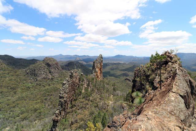 Breadknife en Grand High Tops wandeling in Warrumbungle Nationaal Park, New South Wales, Australië - Uitzicht tijdens de klim naar Lugh's Throne