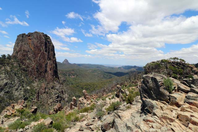 Breadknife en Grand High Tops wandeling in Warrumbungle Nationaal Park, New South Wales, Australië - Een deel van het 360-gradenuitzicht vanaf Lugh's Throne