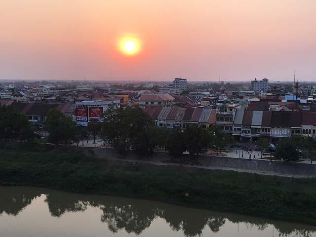 Snelle wifi in Battambang, Cambodja - Zonsondergang vanaf het dakterras van het King Fy Hotel